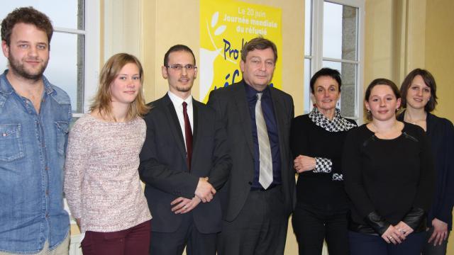 L'équipe du CADA d'Avranches autour de Pierre Henry, secrétaire général de France Terre d'Asile (source Ouest-France).